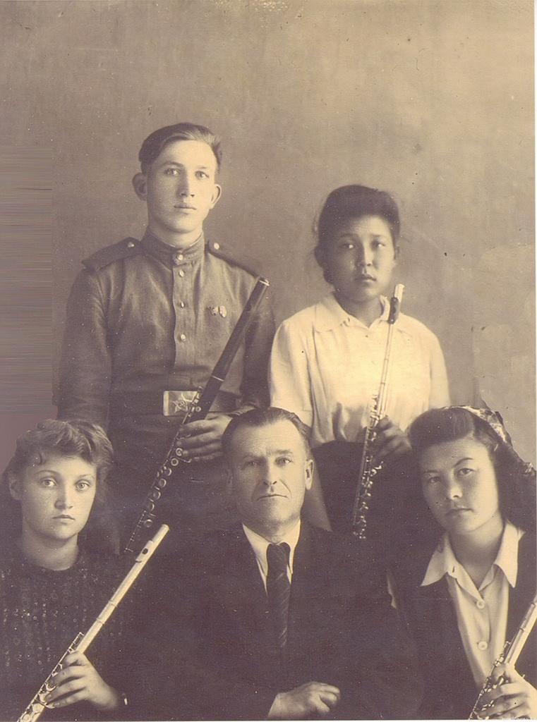 Иван Петрович Коноплёв с учениками