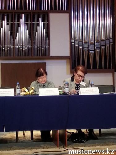 Роза Джаманова и Сара Кузембай готовятся к выступлению