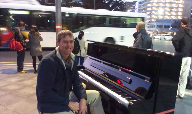 кочующий пианист Питер Хокуолл| busking pianist Piter Hacquoil