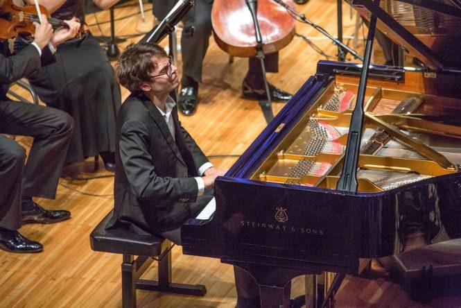 Люка Дебарг за роялем