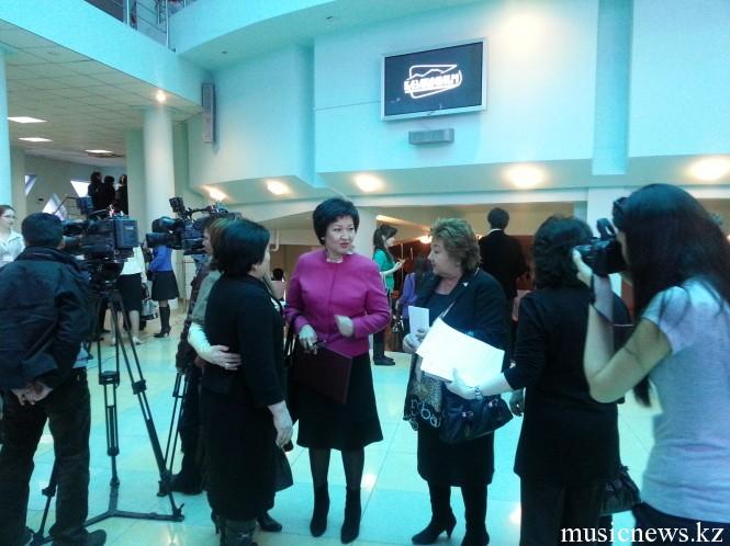 Ректор консерватории Жания Аубакирова и директор библиотеки Роза Бердигалиева