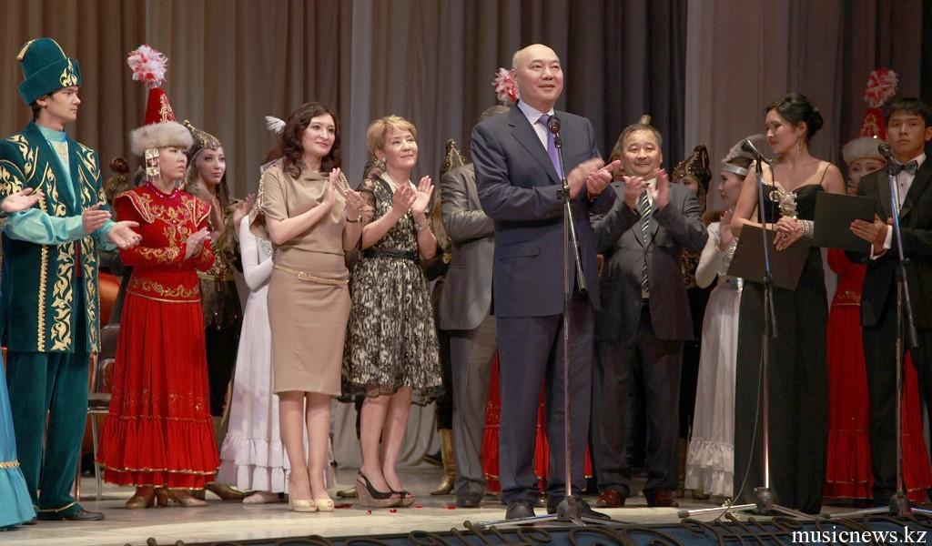 министр Б.Т. Жумагулов поздравляет республиканские колледжи искусств с успешным выступлением в ГАТОБ им. Абая.