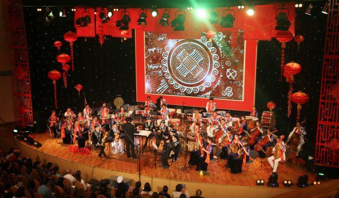 Оркестр провинции Гуандун и солисты консерватории исполняют кюй Б.Аманжола